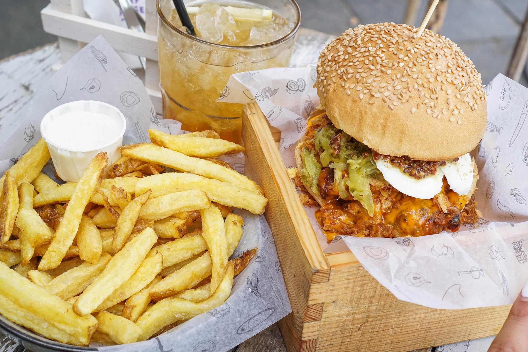burger-und-pommes-im-surf-house